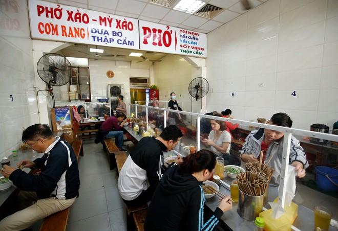 Hà Nội: Từ 0 giờ ngày 2/3, các nhà hàng kinh doanh dịch vụ ăn uống phục vụ trong nhà mở cửa hoạt động trở lại - ảnh 1